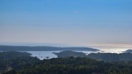VARDÅSEN: Fra toppen av Tromøy har du nesten fritt utsyn ut over Hovekilen og Skagerrak. Foto: Esben Holm Eskelund