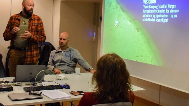 TRAKK SEG: Jan Fasting (stående) satt i styret i Hove drifts- og utviklingsselskap AS. Formelt trakk han seg 6. september i år for å satse på konseptet Canvas Hove sammen med Vebjørn Haugerud (t.h.) og driftsselskapet for Hove i samarbeid. Foto: Esben Holm Eskelund
