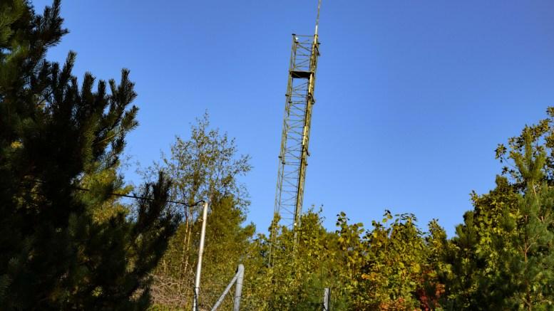 DRONEFORBUD: Denne antennemasten står inngjerdet i droneforbudssonen på Hisøy. På Tromøy er det ingen forbudssoner mot luftbårne sensorsystemer. Foto: Esben Holm Eskelund