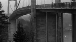 TROMØYBROA: To år tok det å bygge hengebroa, som sørget for å binde sammen Tromøy og fastlandet. Foto: Filmavisen/Youtube
