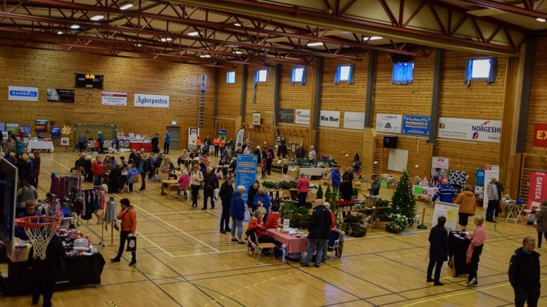 TROMØYMESSA: En god del mennesker var innom Tromøymessa 2018 i Tromøyhallen søndag. Foto: Esben Holm Eskelund