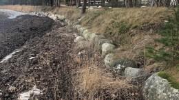 Den naturlige badestranda på Hove må reetableres - og stelles jevnlig. Fjernes asfaltveien bak, kan erosjonssikringen som ligger diagonalt fra kant til kant gjennom bildet, også fjernes. Geologisk hører disse steinene hjemme mot åpent hav. Foto: Privat