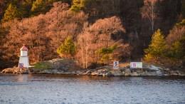 SKILT I FORBUDSSONE: Skiltet som viser vei til drivstoff og kiosk på Eydehavn i Tromøysund, fikk bygningsmyndigheten i Arendal kommune til å reagere. Foto: Esben Holm Eskelund
