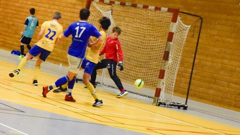 TRAUMA TOPPER: Trauma 1 spilte mot Jerv 1 i Hisøyhallen lørdag i futsalturneringen til Øyestad Idrettsforening. Det endte med seier. Her setter Adrian Sunde inn scoring mot Grimstad-laget. Foto: Esben Holm Eskelund