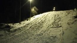 INGEN AKEBAKKE: Snøforholdene er en gavepakke til Traumas skihoppere, men de er fortvilet over at det akes i bakken, som rett og slett blir rasert av aking og boltring. Foto: Anette Gjerrestad