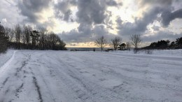 SPORNES: Parkeringsplassen på Spornes ble onsdag ettermiddag brøytet, etter å ha vært vanskelig tilgjengelig. Foto: Einar Fredriksen