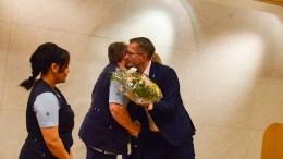 KLEMTE TIL: Tromøykvinnen Evy Pedersen fikk klem av ordfører Robert C. Nordli da hun var med på å motta hederlig omtale fra bystyret til kommunens renholdere. Foto: Esben Holm Eskelund