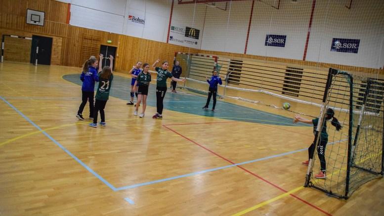 HÅNDBALLTURNERING:Lagene fra naboøyene møttes til vennskaplig kamp under håndballturnering i Nedeneshallen. Foto: Esben Holm Eskelund