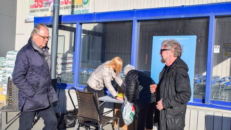 HOVELISTA: Lars Ødeskau (t.v.), Thore Kristian Karlsen og Gro Johansen i Hovelista sanket underskrifter på Krøgenes torsdag ettermiddag. Foto: Esben Holm Eskelund