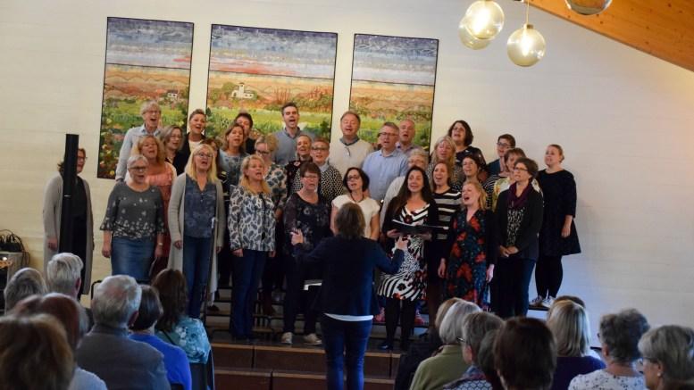 GOSPELKONSERT: Tromøy Gospelkor får igjen besøk av gjester for holde konsert sammen. Denne gang Jan Erik Larssen. Foto: Esben Holm Eskelund