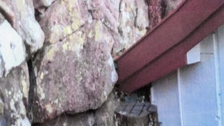 FRYKTER RAS: Hytteeierne har henvendt seg til kommunen for å forsikre seg om to truende steinblokker kan fjernes på lovlig vis. Foto: Privat
