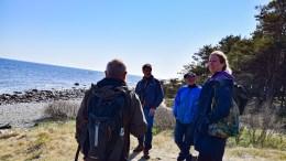 SOMMERFUGLER: Sigurd Bakke (blå jakke) har mer kunnskap om sommerfugler på Tromøy enn noen andre og er hentet inn som ekspert for Raet nasjonalpark i arbeidet med sårbarhetskartlegging. Foto: Esben Holm Eskelund