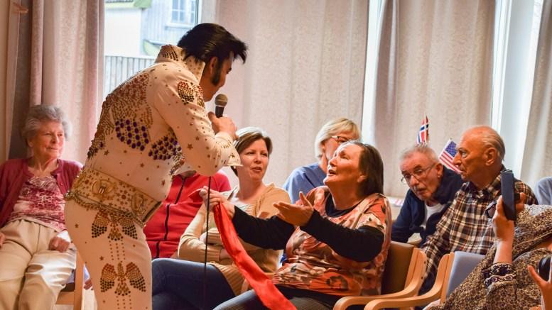 ELVIS TRAFF: Kjell Elvis gikk rett hjem hos flere i det godt voksne publikummet på Færvik bo- og omsorgsenter tirsdag. Foto: Esben Holm Eskelund