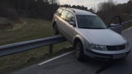 SKLED OPPOVER: Bilen har skrenset rundt 20 meter oppover autovernet i Revesandsveien. Foto: Anne Karin Andersen
