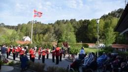 GRATULERER MED DAGEN: Tromøy skolemusikkorps startet nasjonaldagen ved Færvik bo- og omsorgssenter. Foto: Esben Holm Eskelund