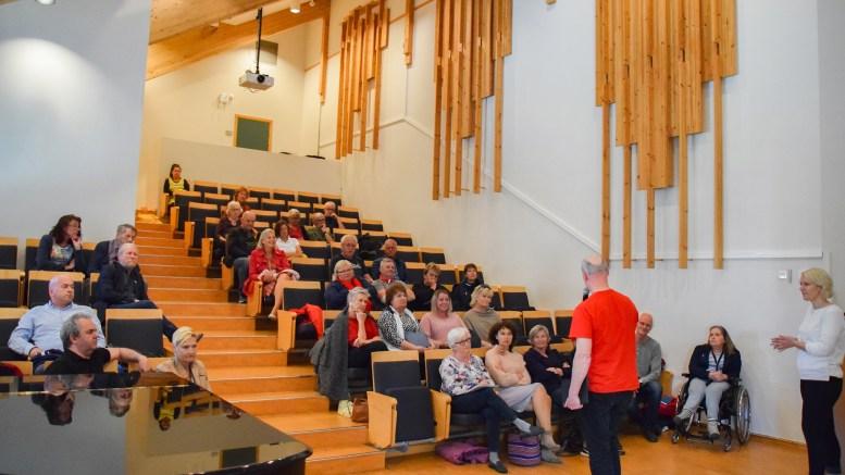 HOVE-MØTE: På et åpent møte om Hove i regi av Arendal SV, serverte tromøymannen Jens Hoxmark en spenstig idé om hvordan et nasjonalparksenter bør realiseres. Foto: Esben Holm Eskelund