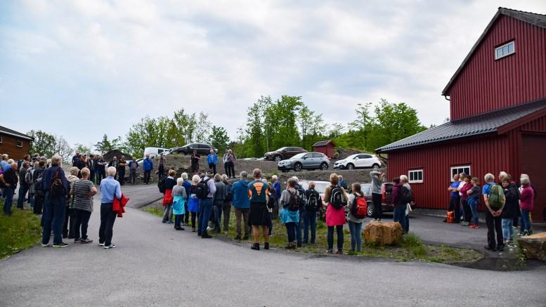 VANDRING FRA KJØRVIGA: Nær 100 personer møtte frem til turen med Tromøy historielag via gamleveien mellom Hastensund og Skare med start ved Kjørviga. Foto: Esben Holm Eskelund