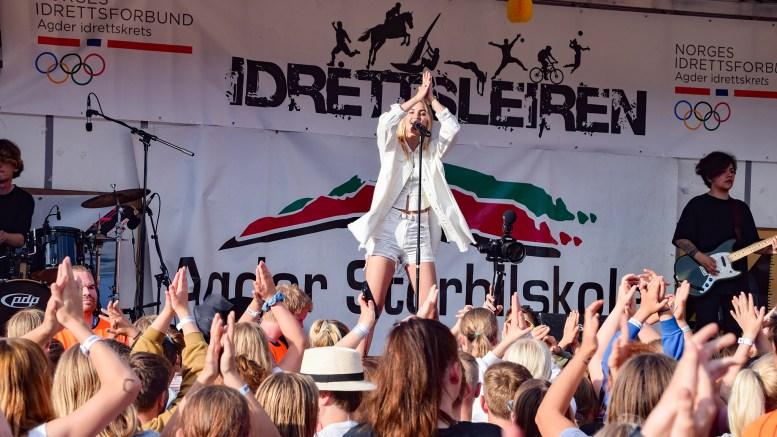 IDRETTSLEIREN: Artisten Adelen var hentet inn til Idrettsleiren for å holde konsert. Det viste deltakerne å sette pris på. Foto: Esben Holm Eskelund