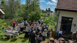 BOKLANSERING: Mange hadde tatt turen til Simonstø, K.K.Lien-museet og boklansering. Foto: Esben Holm Eskelund