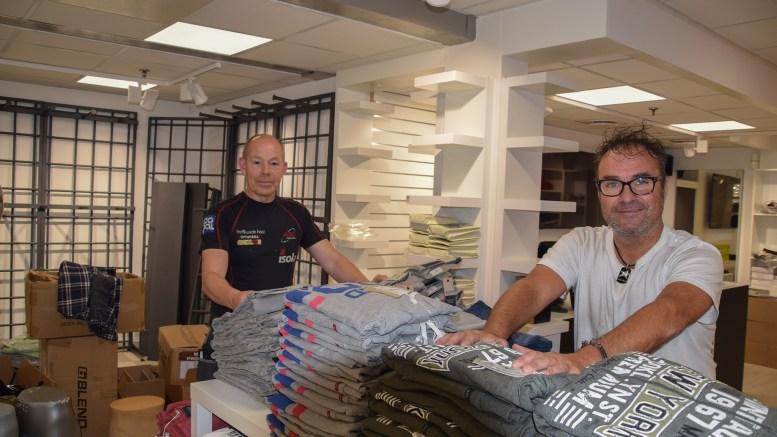 ÅPNER KLESBUTIKK: Morten Gundersen (t.h.) og Morten Krabbesund Krystad tar sats og åpner klesforretning på Tromøytunet. Foto: Esben Holm Eskelund