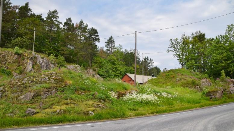 ØNSKER NYBYGG: Denne godt gjemte bygningen bak en viktig lokalitet for natur ved Storeng kan rives, men rådmannen mener politikerne ikke må si ja til et nybygg som er over fem ganger så stort. Foto: Esben Holm Eskelund