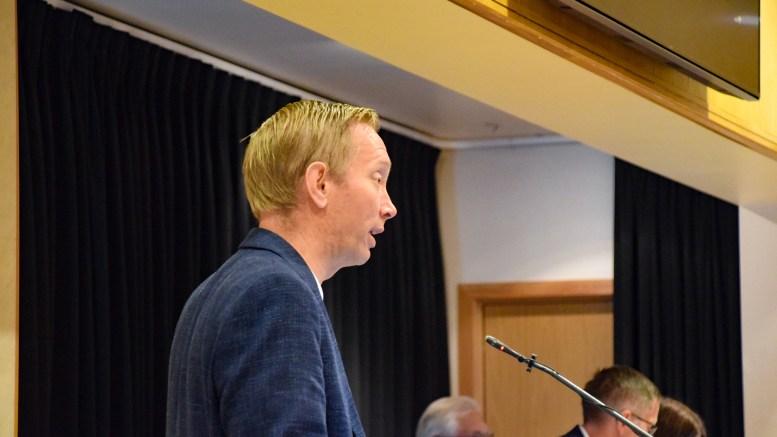 HDU-ORGANISERING: Terje Eikin (Krf) advarte om at valget kan stå mellom sykepleiere på gamlehjem eller vaktmestere på Hove om Hove drifts- og utviklingsselskap AS blir innlemmet i kommunen. Foto: Esben Holm Eskelund