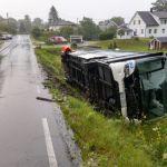 UTFORKJØRING: Bussen har kommet ut av veien på en relativt oversiktlig strekning. Foto: Tipser