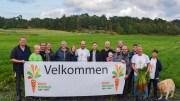 GULROTFESTIVALEN: Mange lokale aktører står bak Gulrotfestivalen på Tromøy, som trekker til seg mange besøkende. I år lokker Line Buer (t.h.) og co med mesterskap i gulrotskrelling. Foto: Esben Holm Eskelund