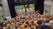 ROLIGHEDEN SKOLE: Sist torsdag kunne endelig den nye skolebygningen på Roligheden tas ordentlig i bruk. Det ble markert i skolens auditorium og kommunens nest største teater- og konsertsal. Foto: Esben Holm Eskelund