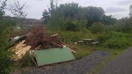 SØPPEL VED TURSTI: En haug avfall er lagt ved turstien mot Gitmertangen på Øyna. Foto: Elin Manneråk Aase