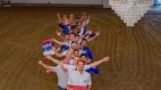 RIGGER KONSERTSTALL: Med lysekroner i taket og en solid dose dugnadsinnsats er Traumas A-lagsspillere klare for teambuilding på konsert med Vassendgutane. Foto: Esben Holm Eskelund