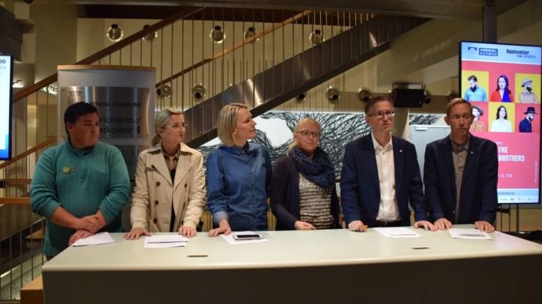 SEKSPARTIENE: Fra venstre Jens Aldo Carizzo-Nilsen (MDG), Cathrine Høyesen Hall (V), Inger Brokka de Ruiter (SV), Milly Olimstad Grundesen (Sp), Robert C. Nordli (Ap) og Terje Ø. Eikin (Krf) på pressekonferanse torsdag kveld. Foto: Esben Holm Eskelund