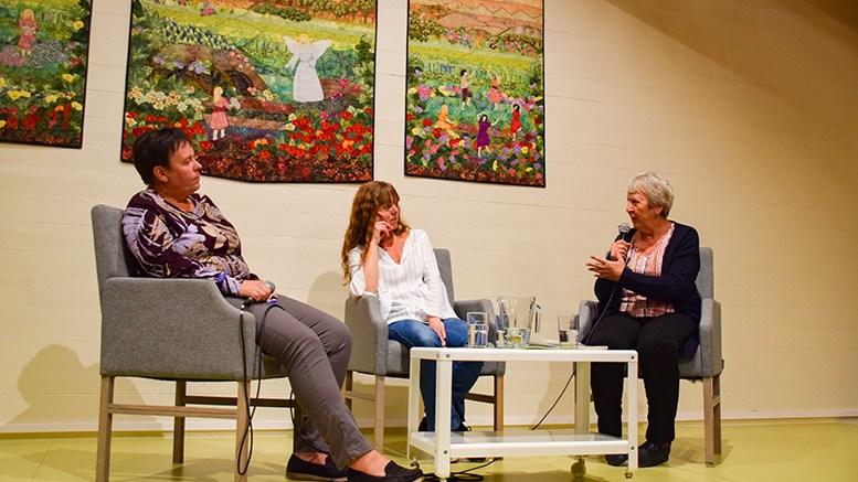 FØLELSER: Åsta Ledaal (t.h.) og Hege Lynghaug (t.v.) samtalte om følelser fra ulike synsvinkler med familieterapeut Elin Bratland på fellesskapskveld i Tromøy menighet. Foto: Esben Holm Eskelund