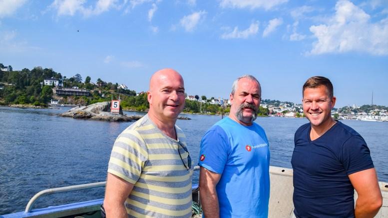 VIL SPRENGE: Frps listekandidater Anders Kylland (t.v.), Edward Terjesen og Andreas Arff hadde ikke med seg dynamitt på befaring til Galten, men skulle gjerne ha sett at skjæret under vann blir sprengt vekk for å gi plass til langt større cruiseskip. Foto: Esben Holm Eskelund