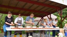 GULROT-NM: Her er feltet i gang på Gulrotfestivalen på Tromøy med å avgjøre hvem som er uoffisielt best til å skrelle gulrot i landet her. Foto: Esben Holm Eskelund
