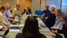 TRYKKET STEMNING: Arbeiderpartiets Nina Jentoft (ryggen til) utfall mot Høyre og Benedikte Nilsen Glommen (bakerst i midten) i bystyresalen har skapt særdeles trykket stemning i det politiske miljøet i Arendal. Foto: Esben Holm Eskelund