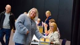 VALGET I GANG: Liv Arneberg benyttet muligheten til å stemme på Roligheden skole søndag. Valglokalene i Arendal er åpne søndag 8. september og mandag 9. september. Foto: Esben Holm Eskelund