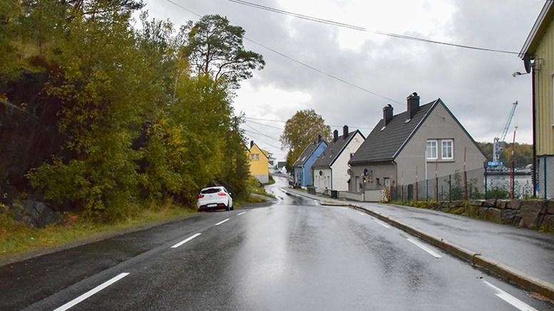 TRAFIKKSIKKERHET: Stadig opplever bilister å måtte rygge på Åmdalsøyra, fordi biler kjører inn samtidig på den innsnevrede fylkesveien. Foto: Esben Holm Eskelund