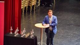 REGIONMESTERSKAP: Daglig leder Finn Arne Dahl Hanssen i Norges Musikkorpsforbund Sør gjorde en god figur da han sammen med Per Quarnstrøm delte ut premier i regionmesterskapet i Arendal. Men det offisielle kultur-Arendal glimret med sitt fravær. Foto: Esben Holm Eskelund