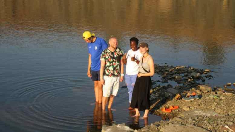 REISEBREV FRA ZAMBIA: Krokodillene i vannet var det ingen som hadde fortalt om... les tromøymannen Christoffer Jacobsens brev fra Zambia. Foto: Privat
