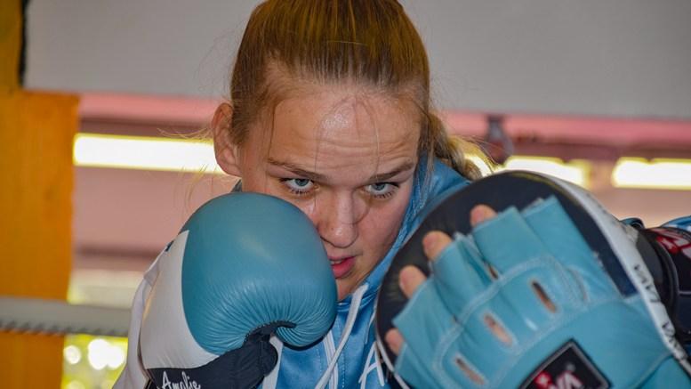 VM-KLAR: Tromøy-kvinnen Amalie Anker Johansson er klar for å fighte for VM-gullet i verdensmesterskapet i kickboksing i tyrkiske Antalya i slutten av november. Foto: Esben Holm Eskelund