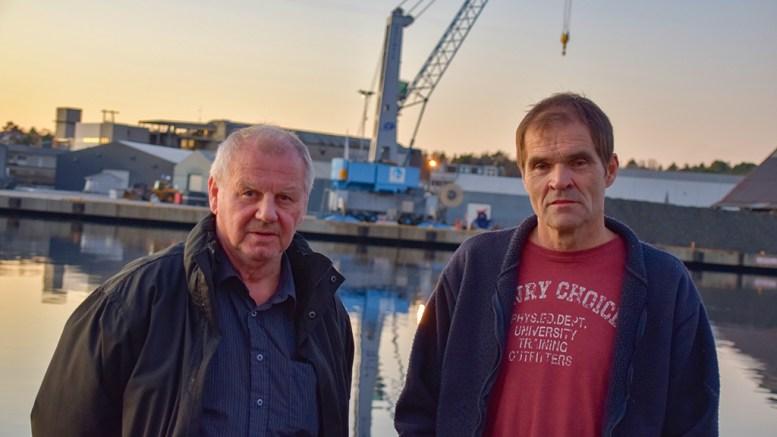 STØYPLAGER: Arild Svendsen (t.v.) og Dagfinn Rylander på Åmdalsøyra krever at Arendal havn KF får på plass støymålere på hele havnevirksomheten på Eydehavn, som de mener går på helsa løs for nabolaget både på Eydehavn og Tromøy. Foto: Esben Holm Eskelund