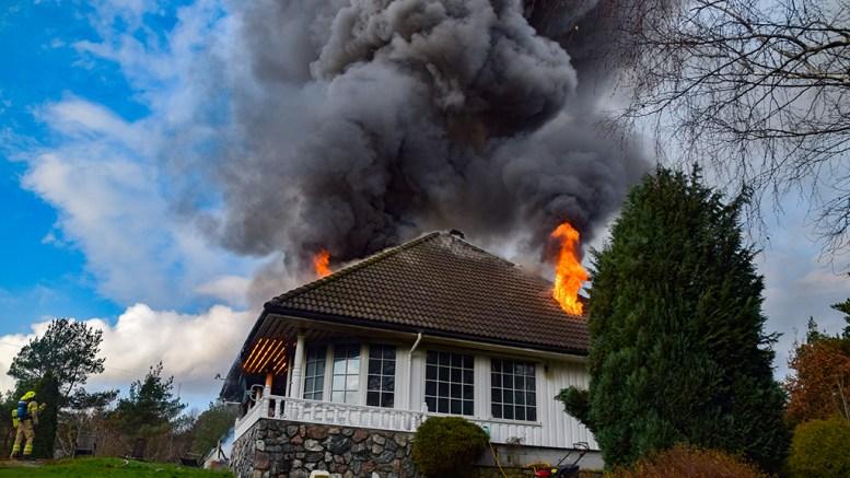 HUSBRANN: Eneboligen var fullstendig overtent og ble flammenes rov på Tromøy onsdag. Foto: Esben Holm Eskelund