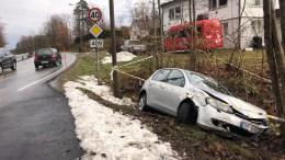 I GRØFTA: En bil havnet i grøfta like ved avkjøringen til Færvik kirke torsdag. Foto: Tipser