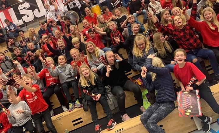 PÅ HÅNDBALLKAMP: 140 barn i Tromøy fritidsforum fikk en helt spesiell opplevelse sist uke i Sør Amfi og på ØIF Arendal-kamp. Foto: Vibeke Dehli