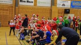 JULEPYNTET HÅNDBALL: Håndballspillerne i Trauma hadde pyntet seg i alle mulige julevarianter. Foto: Esben Holm Eskelund