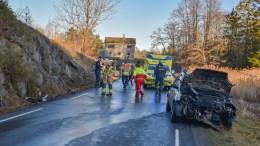 SVÆRT GLATT: Sammenstøtet med fjellet på Storeng var kraftig for det lille kjøretøyet, som mistet veigrepet på svært glatt vei. Foto: Esben Holm Eskelund