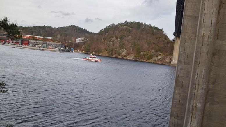 GJØR SØK: Redningsskøyta Inge Steensland deltok i søket ved Tromøybroa torsdag. Foto: Esben Holm Eskelund