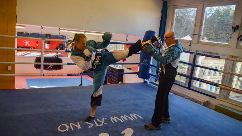 LANDSLAGSKLAR: Tromøy-bokser Amalie Anker Johansson skal i ringen også i 2020. Her med trener Carlo Ryffel i Arendal bokseklubb under opptakten til VM like før jul i fjor. Foto: Esben Holm Eskelund