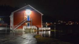 EKSTREMVÆRET DIDRIK: Livbåtprodusenten Viking Norsafe i Tybakkilen fikk vann rundt grunnmuren. Foto: Esben Holm Eskelund